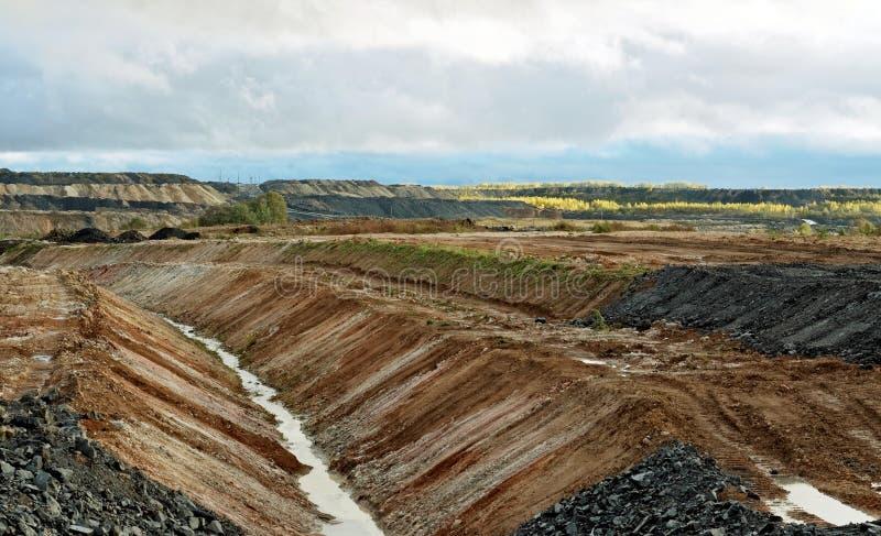 Vista de la mina de carbón en el otoño temprano fotografía de archivo libre de regalías