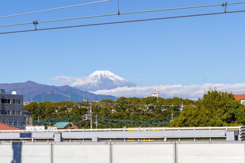 Vista de la mirada de la montaña de Fuji en de la estación de tren Mishima foto de archivo