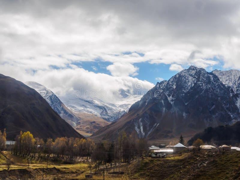 Vista de la montaña en el pueblo de Kazbegi foto de archivo libre de regalías