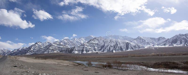 Vista de la montaña de Himalaya o de Himalaya con la confluencia de Indus y de los ríos de Zanskar en Leh Ladakh en Jammu y Cache imágenes de archivo libres de regalías