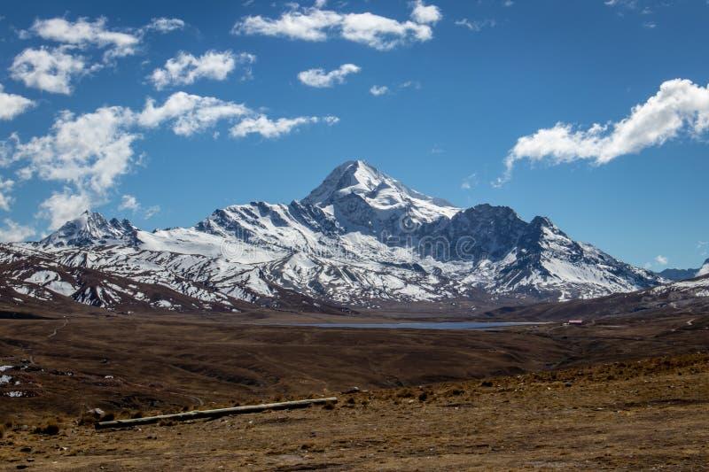 Vista de la montaña de Huayna Potosi en Cordillera real cerca de La Paz, Bolivia imagenes de archivo