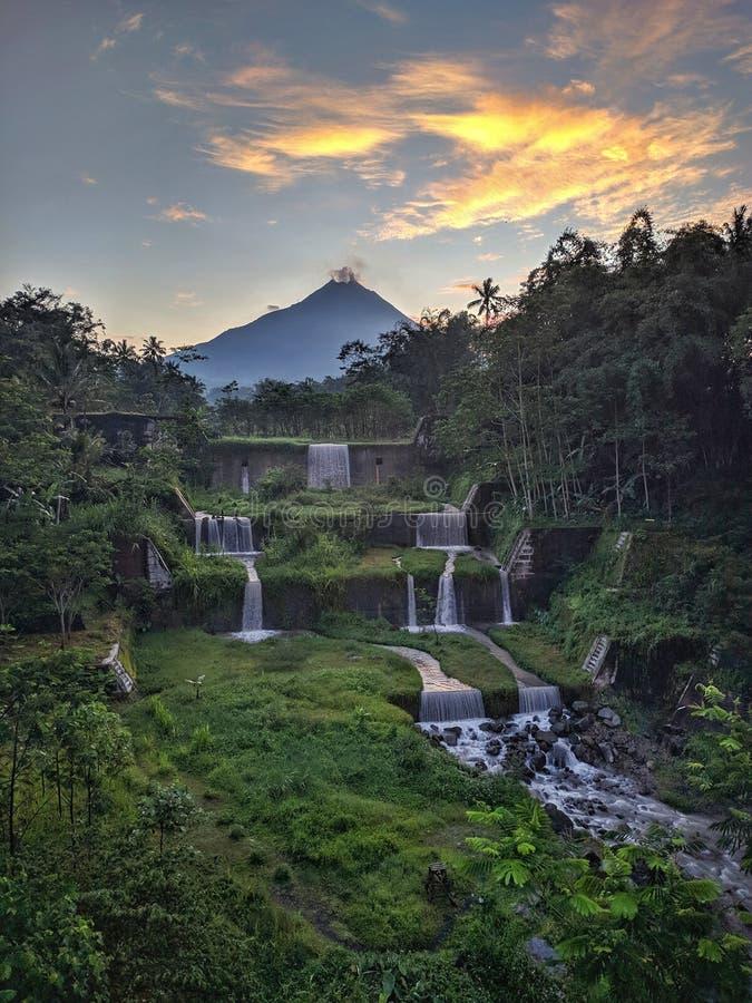 Vista de la montaña Merapi desde el puente Mangunsuko, Magelang Indonesia. Amanecer con paisaje forestal, represa y montaña imagenes de archivo
