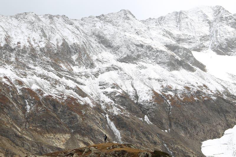 Vista de la montaña montañosa nevosa fotografía de archivo libre de regalías