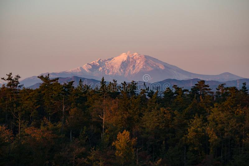 Vista de la montaña de Ontake en tiempo de la puesta del sol imagenes de archivo