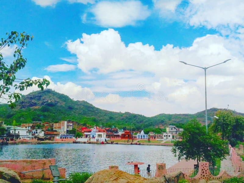 Vista de la montaña rica cerca de un lago en la ciudad de la roca imagenes de archivo