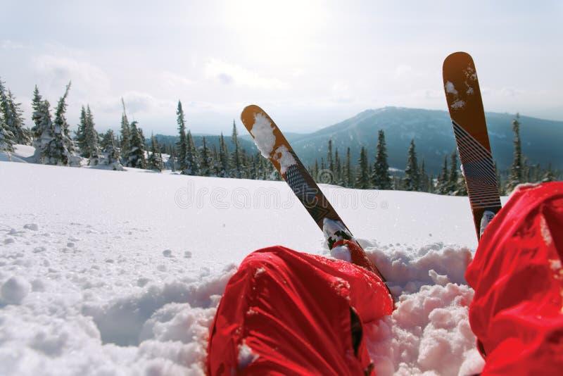 Vista de la montaña y del esquí del esquí imagenes de archivo