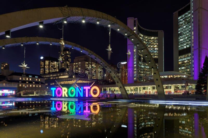 Vista de la muestra de Toronto en Nathan Phillips Square en la noche, en Toronto imágenes de archivo libres de regalías