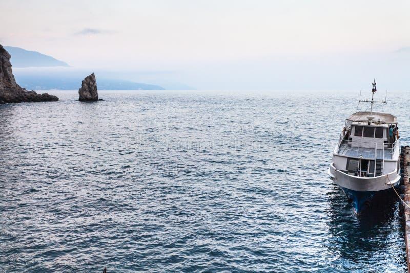 Vista de la nave y de la roca amarradas del Parus en Crimea fotografía de archivo
