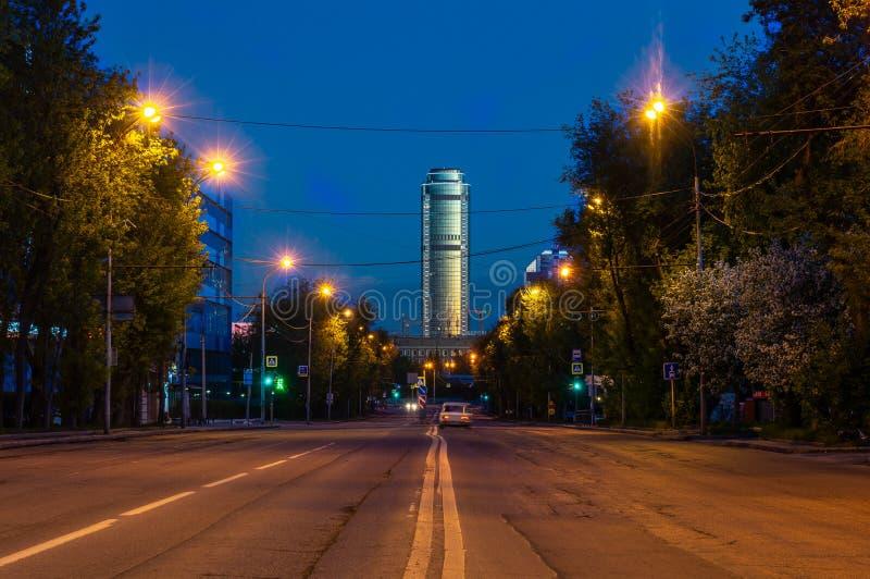 Vista de la noche Ekaterinburg antes de la salida del sol Edificios altos en el centro de ciudad Hotel Vysotsky imagenes de archivo