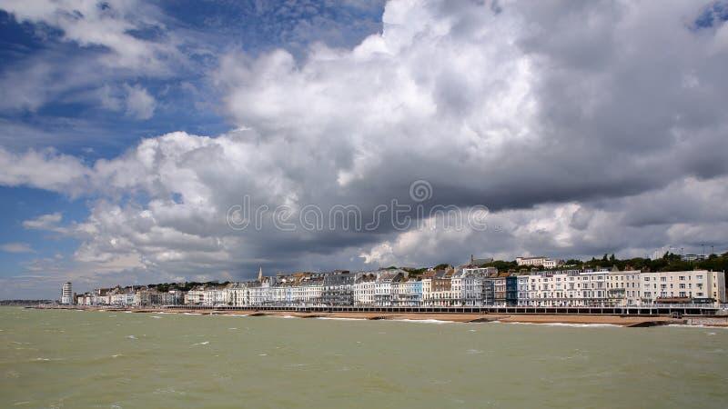 Vista de la orilla del mar del embarcadero con un cielo nublado hermoso, Hastings, Reino Unido foto de archivo libre de regalías