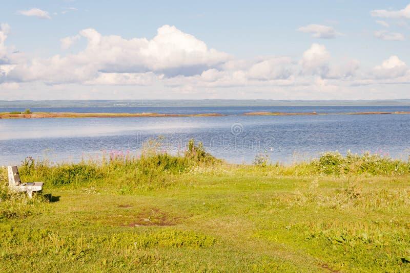 Vista de la orilla de mar en la isla de Kiy en la bahía de Onega del mar blanco en la región Rusia de Arkhangelsk fotos de archivo libres de regalías