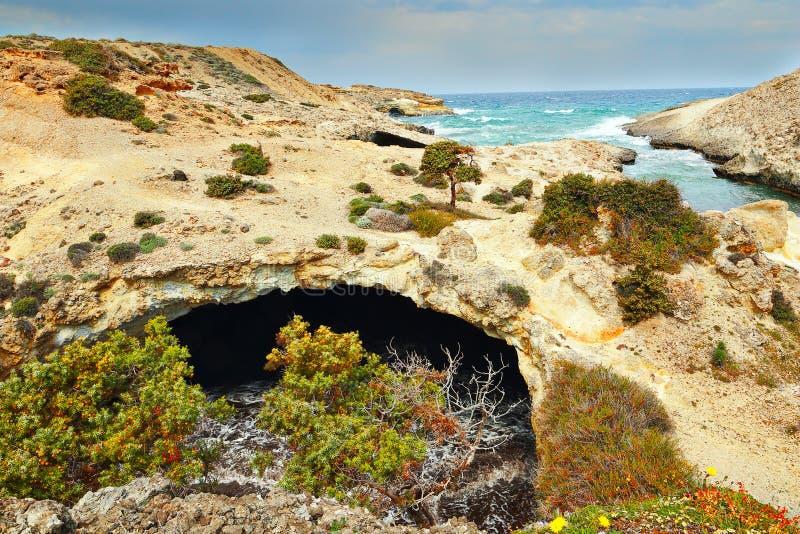 Vista de la orilla de mar en la isla de los Milos fotos de archivo