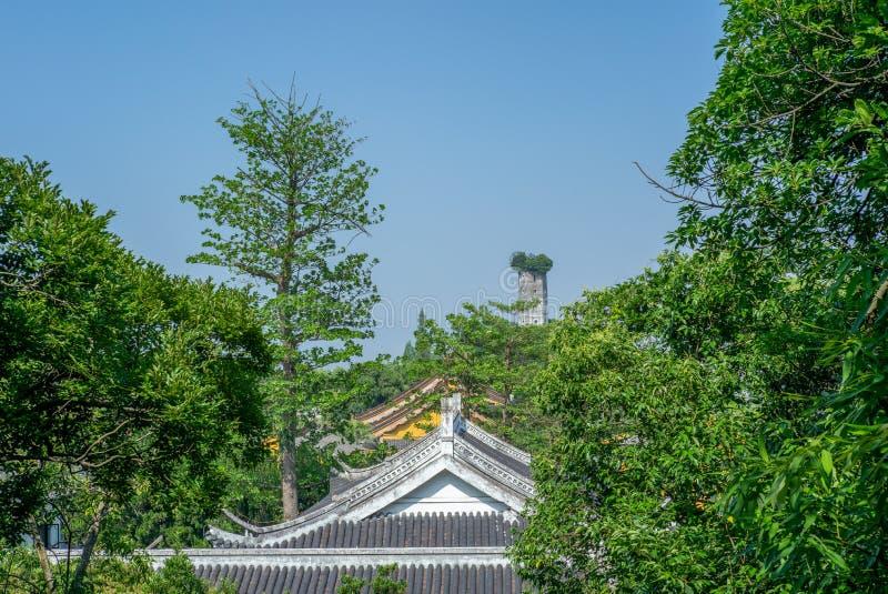 Vista de la pagoda del este en la isla de Jiangxin en Wenzhou en China sobre el tejado de los templos y de los árboles - 1 fotos de archivo