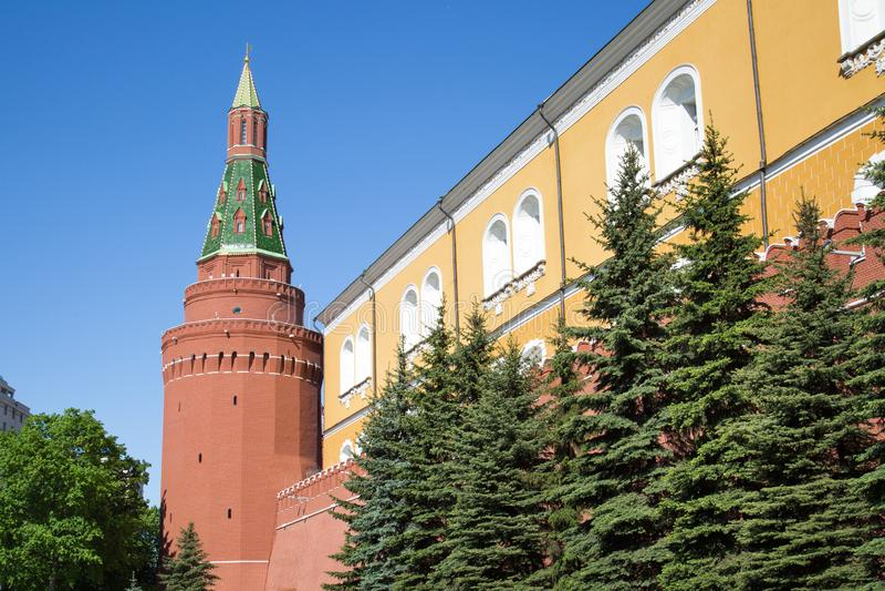 Vista de la pared de la fortaleza y de la torre de la esquina del arsenal de la Mosc? el Kremlin en un d?a de primavera soleado imágenes de archivo libres de regalías