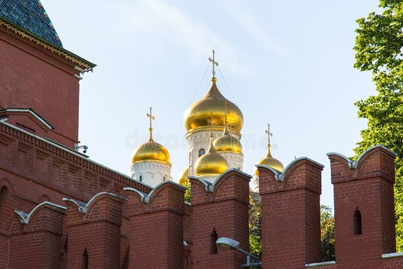 Vista de la pared y de la catedral de la suposición de la Moscú el Kremlin en un día soleado claro imagen de archivo