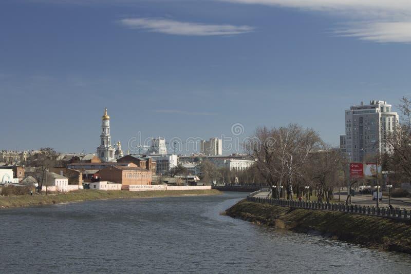 Vista de la parte central de la ciudad del lado del río en wi fotografía de archivo