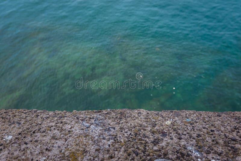 Vista de la parte inferior de mar azul fotos de archivo