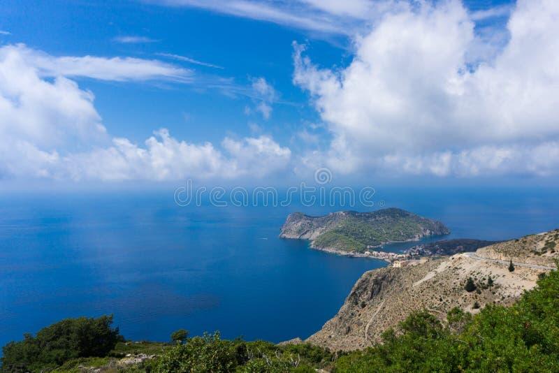 Vista de la península de Assos en Kefalonia Grecia imagen de archivo