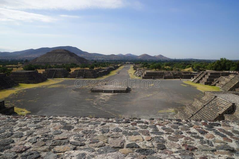 Vista de la pirámide del Sun de la pirámide de la luna, Teotihuacan, México foto de archivo libre de regalías