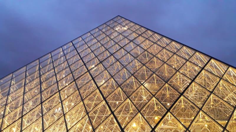 Vista de la pirámide famosa del Louvre en la tarde imagen de archivo libre de regalías