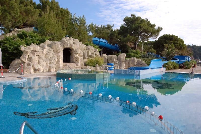Vista de la piscina del ` s de los niños con una entrada y un wa estilizados de la cueva foto de archivo