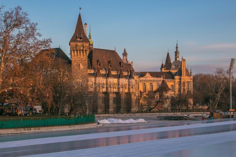 Vista de la pista de hielo City Park, ubicada en el Parque de la Ciudad de Budapest, la capital húngara, durante el atardecer inv foto de archivo