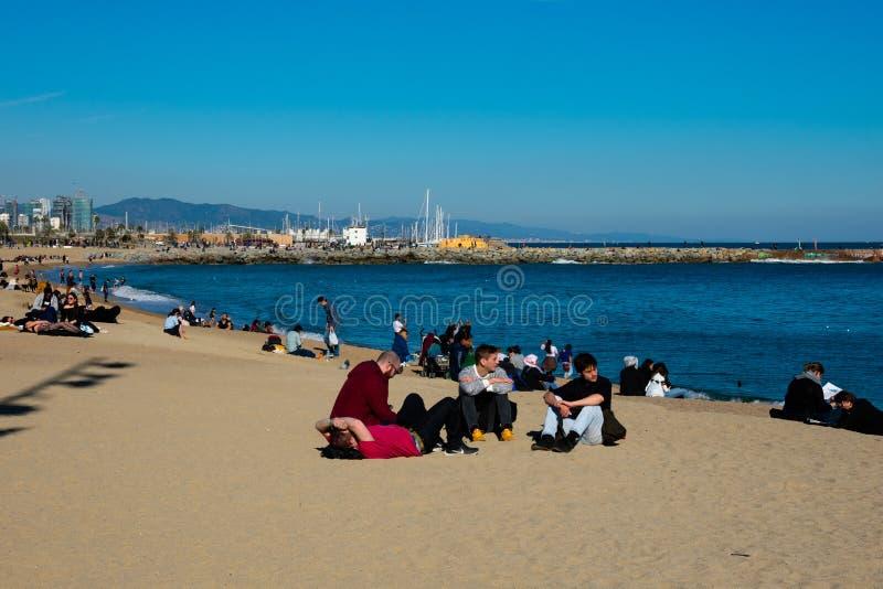 Vista de la playa de Barceloneta del La en un día de invierno soleado y caliente imagenes de archivo