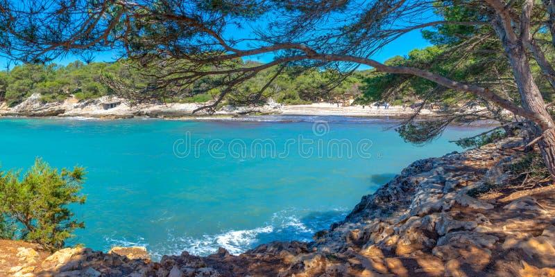 Vista de la playa de Cala Turqueta en Menorca, Islas Baleares España foto de archivo libre de regalías