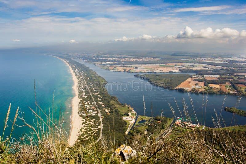 Vista de la playa, del lago y del mar claro del soporte Circeo fotografía de archivo