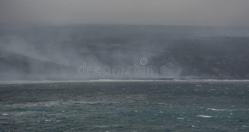 Vista de la playa del smokey una cadena remota de la isla de Saunders, islas de bocadillo del sur - isla en el Océano Atlántico fotografía de archivo