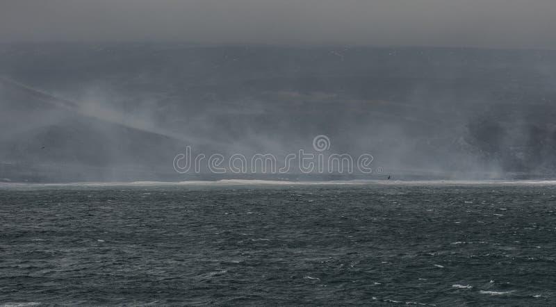 Vista de la playa del smokey una cadena remota de la isla de Saunders, islas de bocadillo del sur - isla en el Océano Atlántico imágenes de archivo libres de regalías