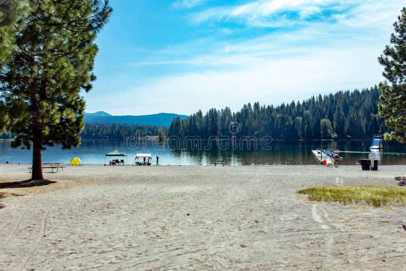 Vista de la playa en el lago Siskiyou en Shasta California foto de archivo libre de regalías