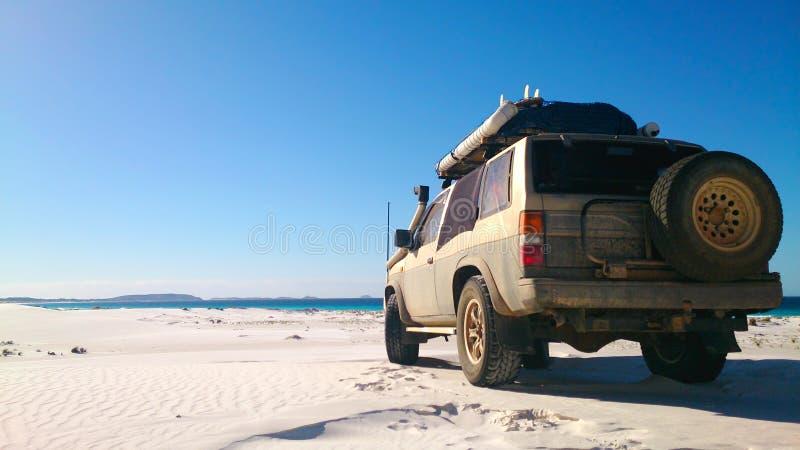 Vista de la playa en Fraser Island con un coche imagen de archivo