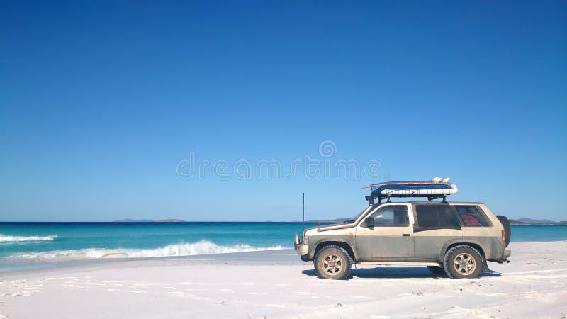 Vista de la playa en Fraser Island con un coche fotos de archivo libres de regalías