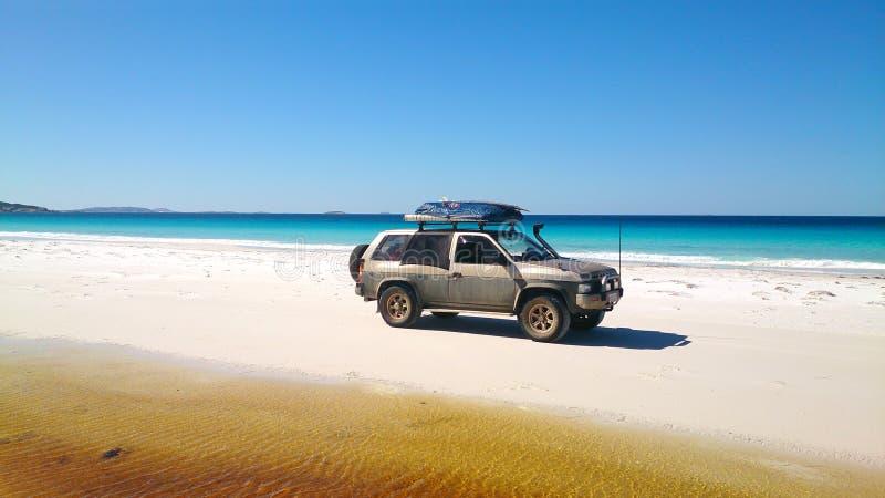 Vista de la playa en Fraser Island con un coche fotografía de archivo libre de regalías