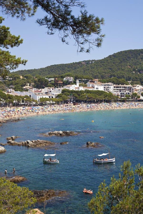 Vista de la playa en verano en Llafranc imagen de archivo