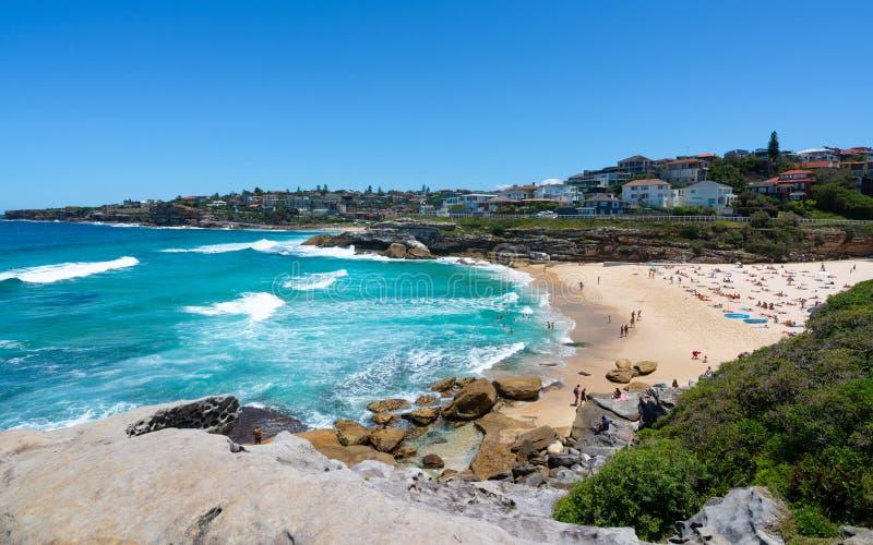 Vista de la playa de Tamarama durante Bondi al paseo costero de Coogee del punto de Tamarama en Sydney Australia foto de archivo libre de regalías