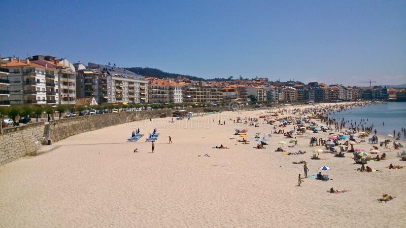 Vista de la playa urbana de Silgar en Sanxenxo en Pontevedra fotos de archivo