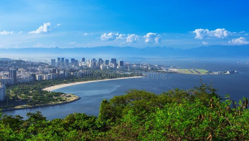 Vista de la playa y del distrito de Flamengo y Centro en Rio de Janeiro foto de archivo libre de regalías