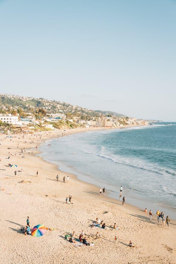 Vista de la playa y de las colinas del parque de Heisler, en Laguna Beach, Condado de Orange, California fotografía de archivo libre de regalías