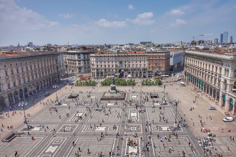 Vista de la plaza principal delante del Duomo del tejado fotografía de archivo