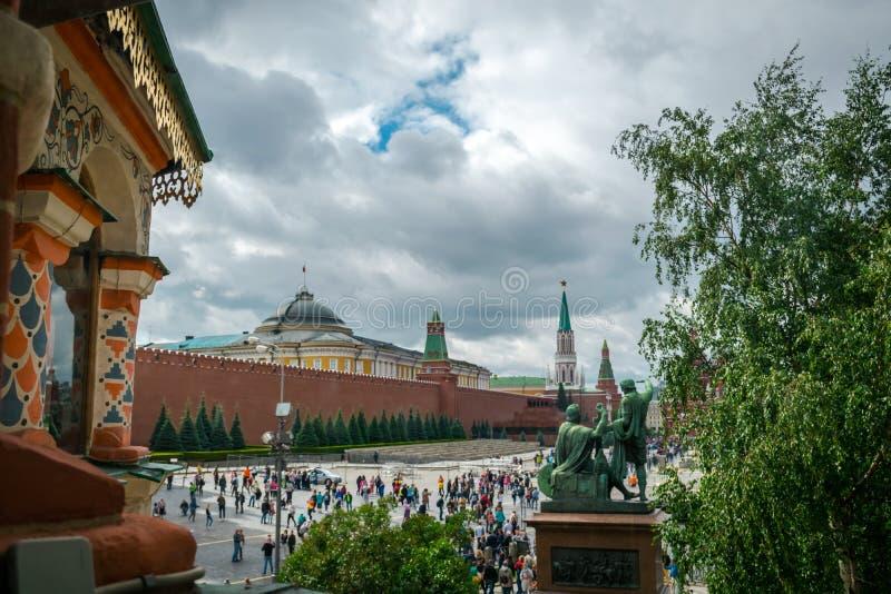 Vista de la Plaza Roja de la catedral de la albahaca del St en Moscú, Rusia fotografía de archivo