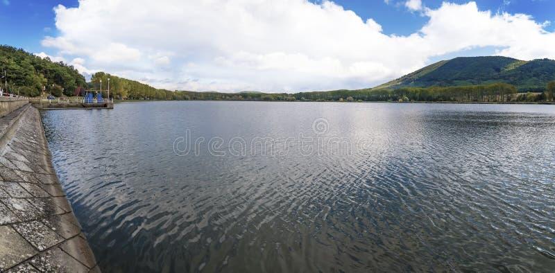 """Vista de la presa de Bukova delante de poco †""""P de la montaña de Cárpatos imagenes de archivo"""