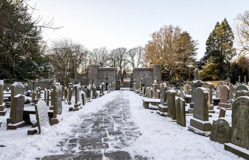 Vista de la puerta de entrada de piedra a la Catedral de St Machar desde el cementerio interior en invierno, Aberdeen, Escocia foto de archivo libre de regalías