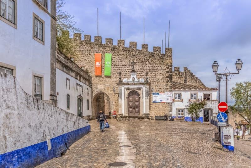 """Vista de la puerta frontal en fortaleza en el pueblo medieval de Ã""""bidos fotografía de archivo"""