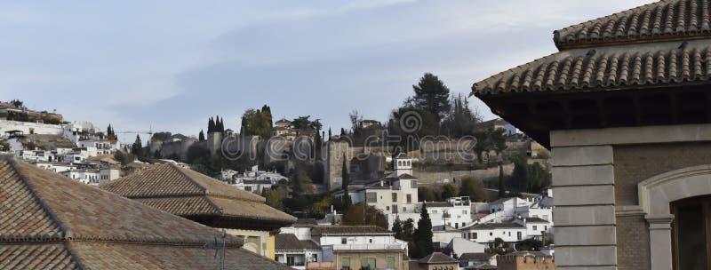 Vista de la puerta y del palacio en Granada imagenes de archivo