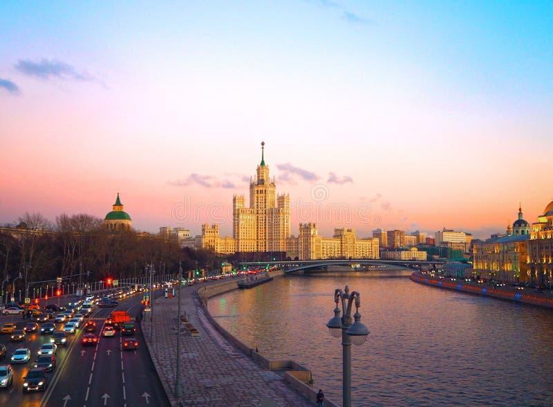 Vista de la puesta del sol en el río, un rascacielos residencial en el terraplén de Kotelnicheskaya, río de Moscú, puente de Bols imágenes de archivo libres de regalías