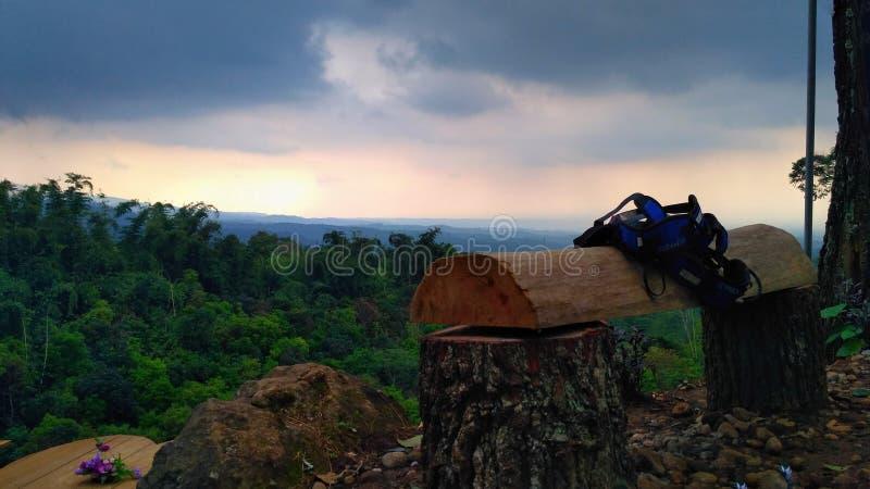 Vista de la puesta del sol en las montañas foto de archivo