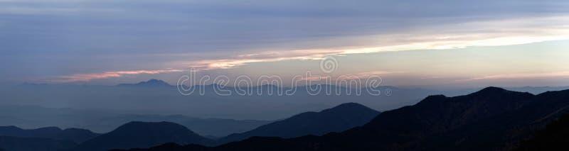 Vista de la puesta del sol sobre cordillera foto de archivo