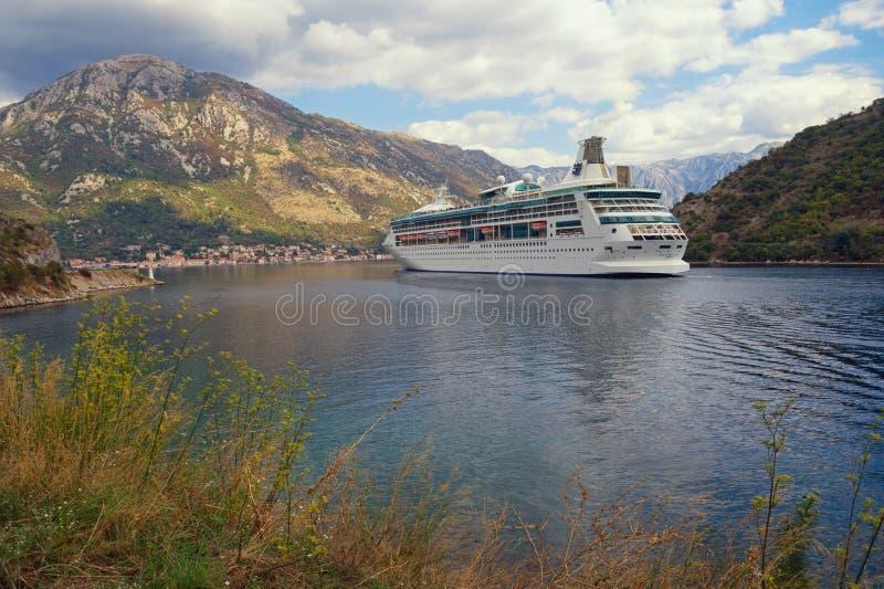 Vista de la rapsodia del barco de cruceros de los mares Montenegro, bahía de Kotor imagen de archivo